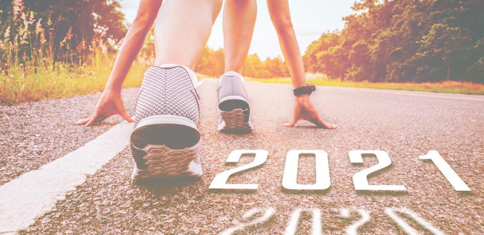 Start 2021 simbolizeaza inceputul in noul an.  Inceputul oamenilor care alearga pe strada este sanatos si normal, cu lumina apusului.  Scopul succesului